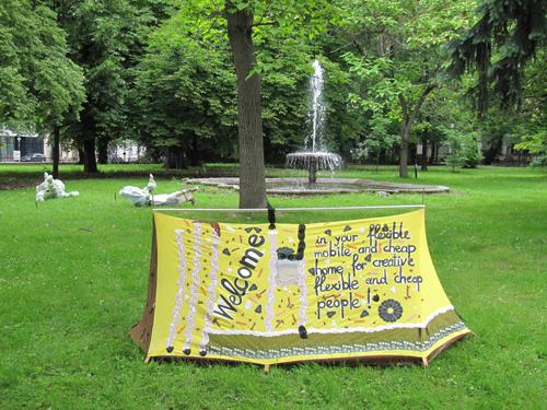 """Titel: """"home"""" 2014, Stickerei und Zeichnung auf Baumwollzelt"""